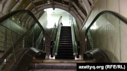 Эскалатор на железнодорожном вокзале Алматы-1. Алматы, июль 2012 года.