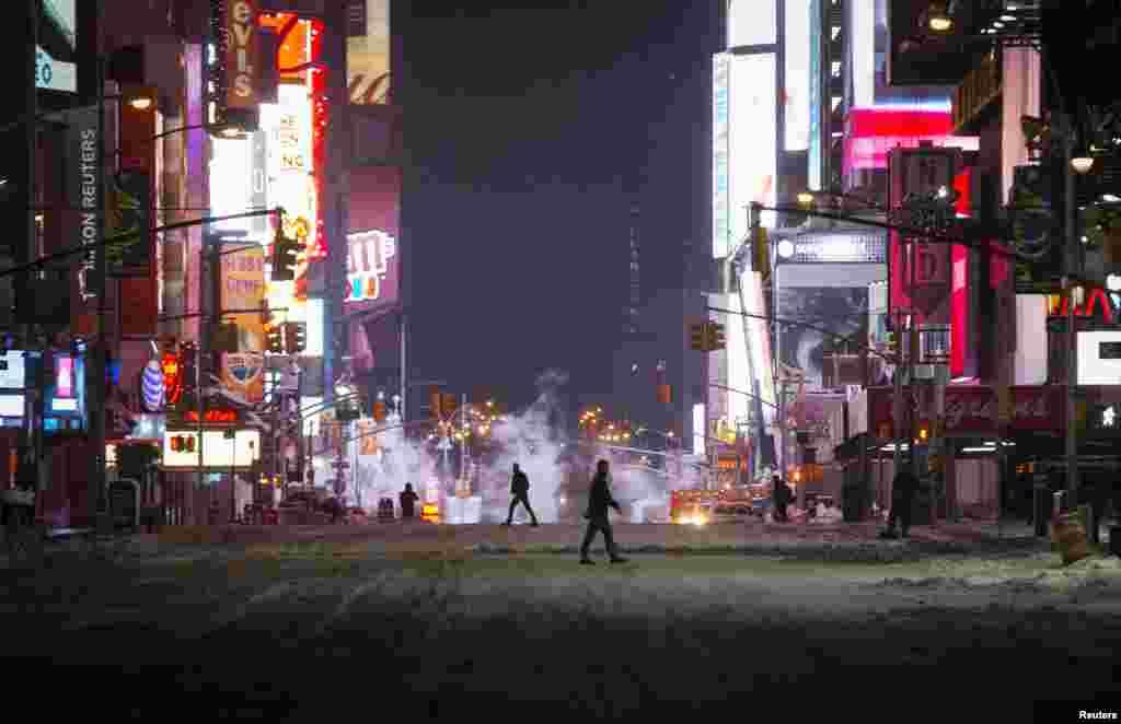 Люди гуляют по опустевшим улицам Манхэттена
