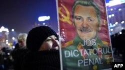 Liderul PSD Liviu Dragnea în chip de Stalin pe o pancardă la un protest împotriva corupției din România, București, 1 februarie 2017.