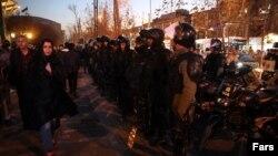Поліція на вулицях Тегерана, столиці Ірану, багато міст якого охоплені протестами, 2 січня 2018 року