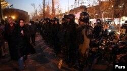 Тегеранда шеруге байланысты орналастырылған қауіпсіздік күштерінің жасақтары. Иран, 2 қаңтар 2017 жыл.