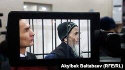 Азимжан Аскаров (справа) в суде. 24 января 2017 года.