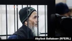 Азимжан Аскаров сот залында. Архивдик сүрөт.