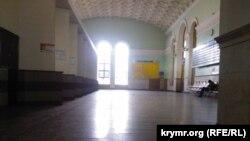 Порожня будівля вокзалу в Сімферополі