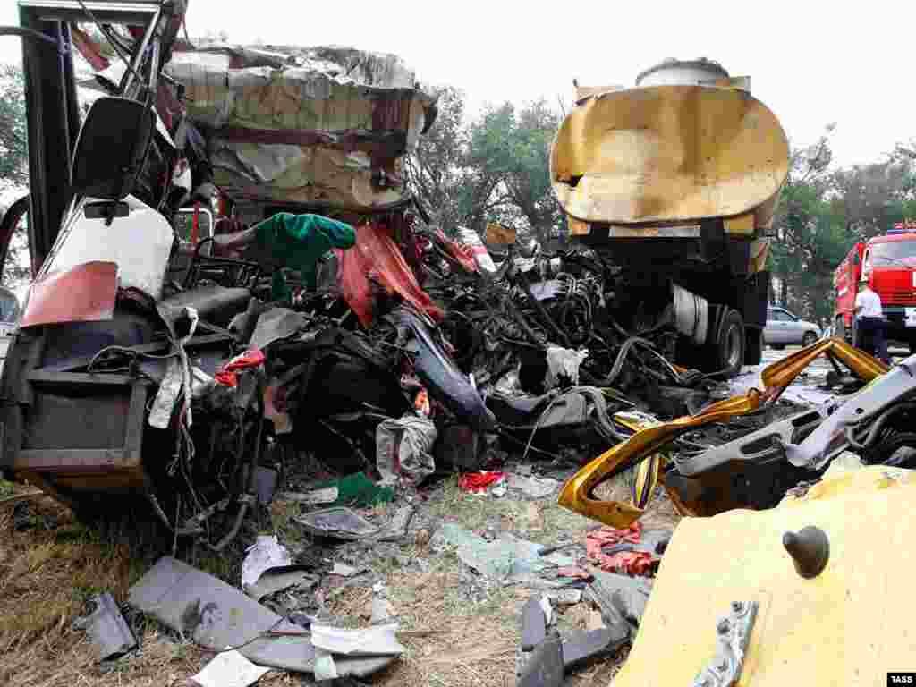 """На автомагистрали """"Кавказ"""" в Ростовской области произошло лобовое столкновение пассажирского """"Икаруса"""" с бензовозом. 25 человек погибли"""