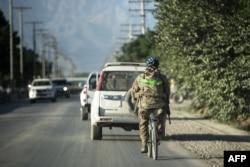 АҚШ солдаты велосипед теуіп барады. Ауғанстан, Парван провинциясы, Баграм аэродромының маңы, 27 мамыр 2014 жыл. (Көрнекі сурет)