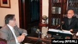 Ауғанстан президенті Хамид Карзай (оң жақта) Азаттықтың Ауған қызметіне сұхбат беріп отыр. Кабул, 26 қараша 2013 жыл.