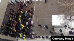 «Тітушки» заблокували приміщення представництва ЄС у Києві (Фото з Facebook Давіда Стуліка)