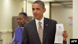 الرئيس الأميركي باراك أوباما يدلي بصوته مبكراً.