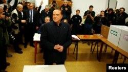 Италия экс-премьері Сильвио Берлускони Миландағы сайлау учаскесінде тұр. 4 наурыз 2018 жыл.