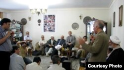 تجمع گروهی از شخصیت های سیاسی و مدنی در منزل محمد هاشمی.