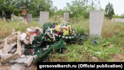 Засмічене кладовищі в Керчі, архівне фото