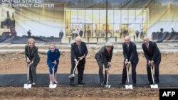 Hillary Clinton, Madeleine Albright, Henry Kissinger, John Kerry, James Baker și Colin Powell, la inaugurarea construcției Centrului pentru Diplomație Americană.
