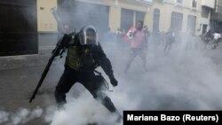 Столкновения протестующих против помилования экс-президента Перу с полицией. Лима, 26 декабря 2017 года.