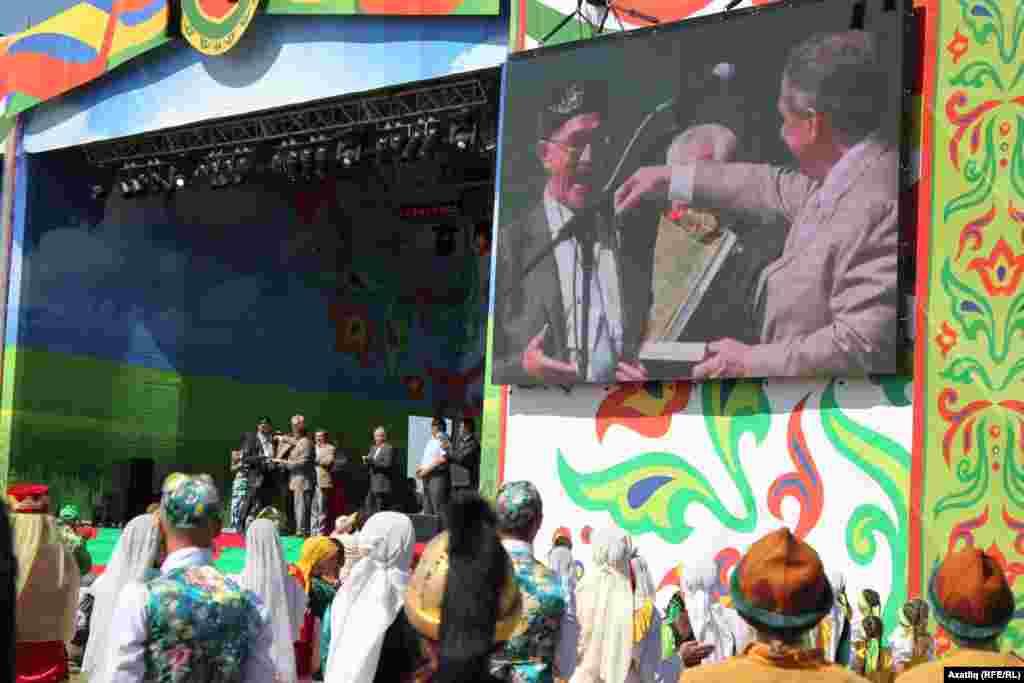 Татарстан президенты Рөстәм МиңнехановБарда татар-башкорт мәдәният үзәгенә автобус бүләк итә