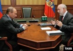 Președintele Vladimir Putin la o întîlnire cu miliardarul Viktor Vekselberg la Soci în 2006