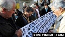 Porodice ubijenih na Korićanskim stijenama - iz arhive