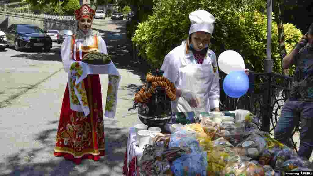 На виборчій дільниці в Ялті очікували міжнародних спостерігачів. Для них підготували хліб, сіль, солодощі та чай у самоварі