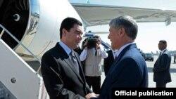 G.Berdimuhamedow (ç) we Almazbek Atambaýew (s), Bişkek, 5-nji awgust, 2015.