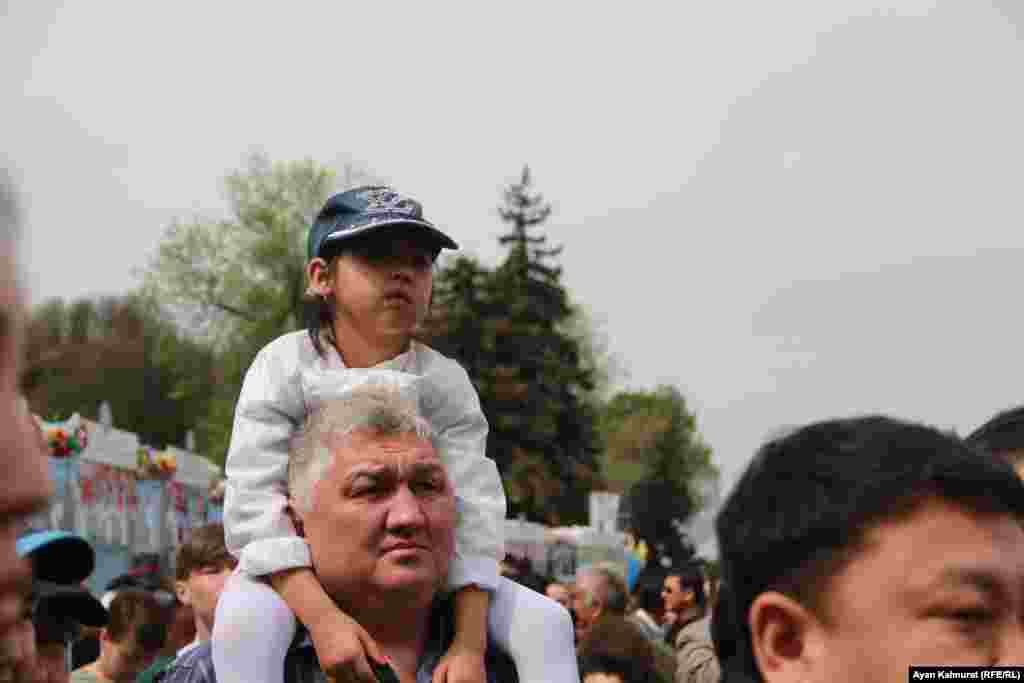 Зрители, пришедшие на праздничный концерт. Алматы, 1 мая 2018 года.
