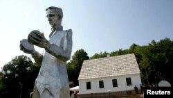 Ovo je šesti spomenik Tesli u Gospiću, uz još jedan koji se nalazi u njegovom rodnom selu Smiljanu (na fotografiji), gdje se nalazi i Memorijalni centar posvećen Tesli.