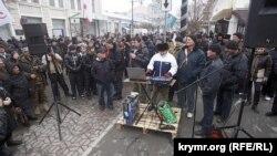 Проросийский митинг в центре Симферополя. 28 февраля 2014 года
