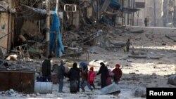 Pamje e civilëve në al-Bab ku janë zhvilluar luftime ndërmjet ushtrisë turke dhe militantëve të IS-it