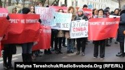 Працівники газети біля будівлі ОДА у Львові, 4 січня 2018 року