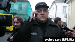 Mikalay Autukhovich leaves prison in Hrodna on April 8.