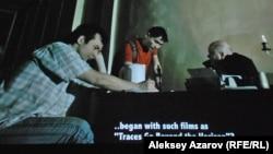 """Кадр из фильма «История Казахского кино: Подполье """"Казахфильма""""», на котором изображен спор режиссера и актера с обывателем (справа) о том, какое кино нужно стране."""