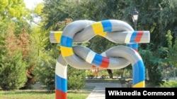Пам'ятник Дружбі народів на набережній у Керчі