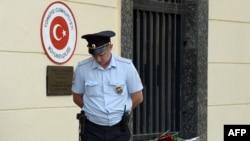 پلیس ترکیه صبح امروز در جریان ۱۶ عملیات، ۱۳ فرد مرتبط با گروه خلافت اسلامی را به ظن دست داشتن در حملات فرودگاه دستگیر کرده است