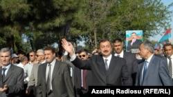 Ильхам Алиев приветствует жителей города Масаллы во время предвыборной кампании 2003 года.