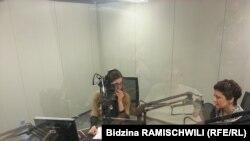 Міністр юстиції Грузії Теа Цулукіані в студії Радіо Свобода (з правого боку). Архівне фото, 19 листопада 2014 року