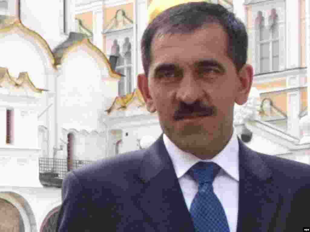22 qeshor '09 - Presidenti i rajonit të Ingushetisë në Kaukazin Verior është lënduar rëndë pasi konvoji i tij u godit nga shpërthimi i një bombe. Zyrtarët rusë thanë se shpërthimi u shkaktua nga një vetëvrasës me bombë, i cili po voziste në drejtim të konvojit të Junus Bek Jevkurovit, kur ai po shkonte në zyrë.