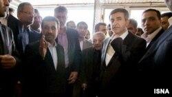 عکس عزت الله انتظامی در میان احمدی نژاد و رحیم مشایی که با نامه اعتراضی آقای انتظامی همراه شد