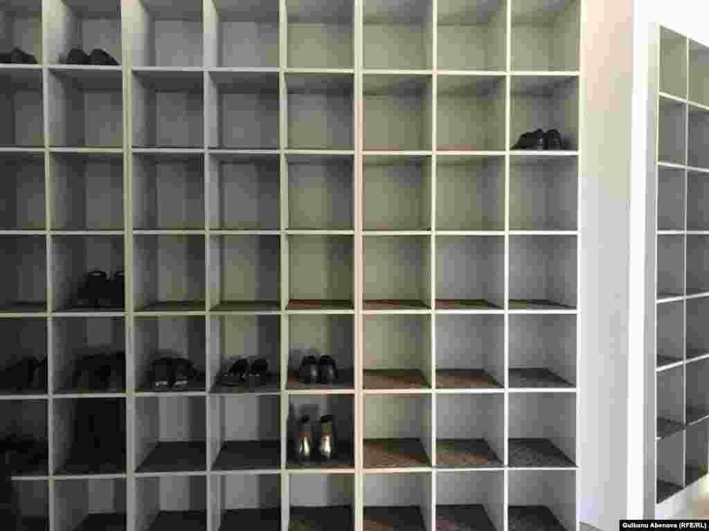 Бірінші қабатта әйелдер мен ерлер үшін екі бөлек киім шешетін орындар мен аяқ киім қоятын сөрелер бар.