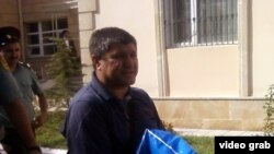 Аваз Зейналлы у здания суда
