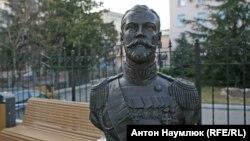 Бюст Николая II возле российской прокуратуры Крыма