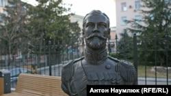Бюст Миколи II біля будівлі підконтрольної Кремлю прокуратури Криму
