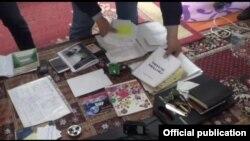 """""""Хизб ут-Тахрир"""" уюмуна мүчө адамдын үйүнөн табылган материалдар. Иллюстрациялык сүрөт."""