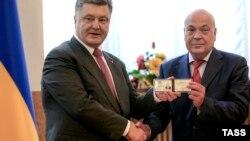 Президент України Петро Порошенко (ліворуч) і новопризначений керівник Закарпатської ОДА Геннадій Москаль