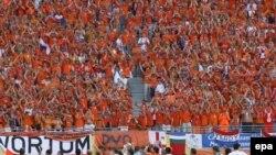 На матчах голландской сборной преобладает только один цвет - оранжевый