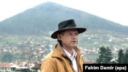 Османагич в Високо на фоне холма Височица в 2006 году.