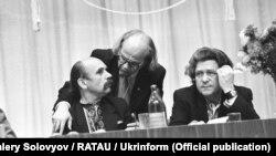 Во время учредительного съезда Народного руха Украины, который проходил в Киеве 8–10 сентября 1989 года. В президиуме Иван Драч (в центре) общается с Владимиром Мулявой