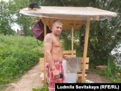 Дежурный рыбак около дома Андрея Мухаметшина