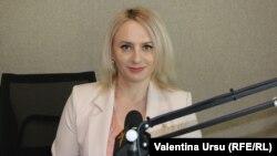 Angela Pojoga în studioul Europei Libere de la Chișinău