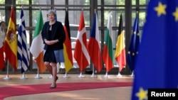 Premierul Theresa May, sosind la summitul UE de la Bruxelles