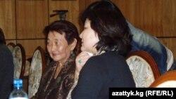 Жумаш эже кызы Азиза Океева менен Москвадагы эскерүү кечесинде, 2010-жыл