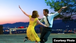 """Ryan Gosling və Emma Stone """"La la Land"""" müziklində."""
